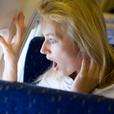 Женщину посадили в тюрьму за попытку выйти из самолета в полете