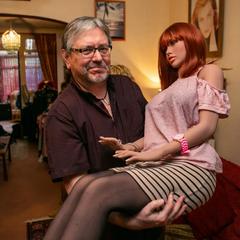 60-летний мужчина разочаровался в женщинах и живет с куклами
