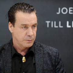 Вокалиста Rammstein госпитализировали с коронавирусом