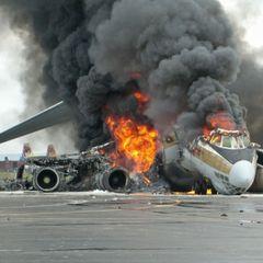 На Филиппинах разбился самолет с медиками на борту - видео