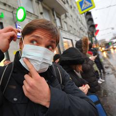 Врач объяснил, почему не надо носить защитную маску на улице