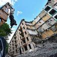 В Москве сносят дом с людьми внутри - видео