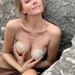 Толкалина обнажилась в Крыму, прикрыв голую грудь ракушками
