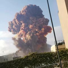Мощный взрыв в Бейруте попал на видео