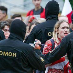 Протестующие отбили задержанных у силовиков в Минске