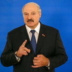 Лукашенко снова появился с автоматом в руках