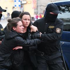 Жесткие задержания женщин в Белоруссии попали на видео
