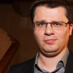 Гарика Харламова засняли за поцелуями с известной певицей
