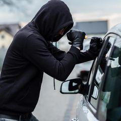 Угонщик уже мчался на чужом авто, когда заметил в нем кое-что неожиданное: пришлось возвращаться