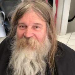 Парикмахер подстриг бродягу: заросший старик превратился в мужчину редкой красоты!