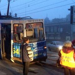 Неуправляемый трамвай в РФ снес девять автомобилей - видео
