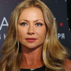 После 40 дней траура Мария Миронова уехала из России