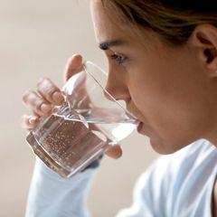 Врачи объяснили, как привычка пить воду по утрам может довести до рака