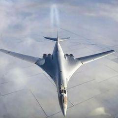 Российский Ту-160 прорвался через два зажавших его F-35