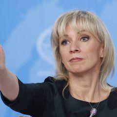Зеленский при американцах пошутил про русских: Захарова ему ответила