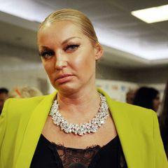 Показавшая жениха Волочкова на людях залезла руками в трусы