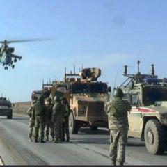Два российских вертолёта развернули колонну американских военных