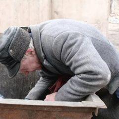 Вот что пенсионер нашел в мусорном баке: все вокруг замерли в шоке