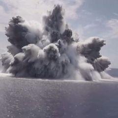 В США взорвали мощную бомбу прямо рядом со своим авианосцем