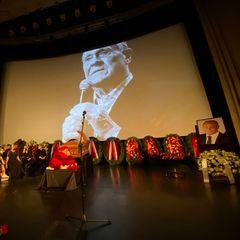 «Очень жуткое фото»: снимок с похорон Меньшова до мурашек напугал россиян