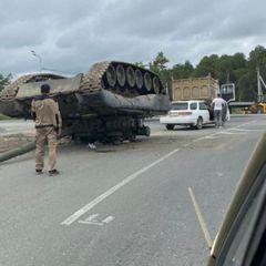 Военные РФ уронили на дорогу настоящий танк - видео