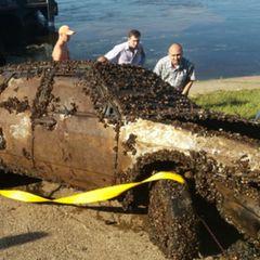 Со дна реки подняли машину, но открыв ее люди начали кричать