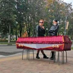 Россиянка привезла гроб с телом сестры к администрации города