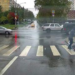 Ужасное происшествие с курьером и коляской: видео