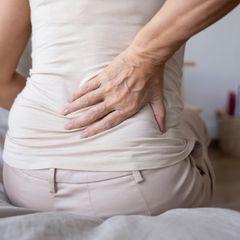 Боль в пояснице может быть симптомом рака кишечника