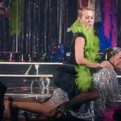 Две горячие телеведущие поцеловались на камеру: публика в шоке